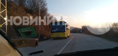 Автобус, движещ се без светлини