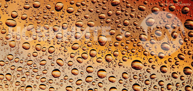 Залезът, отразен в безброй водни капчици