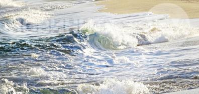 Морето, цяло обляно в слънчева светлина
