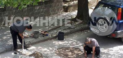 Жители на Нови пазар сами запълват дупките пред домовете си