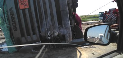 """Камион се обърна на автомагистрала Тракия"""""""