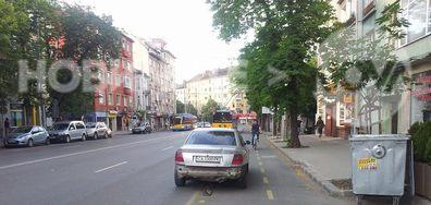 """Неправилно паркиране на булевард """"Прага"""" в София"""