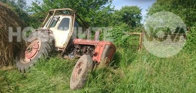 Трактор падна в канал край улица