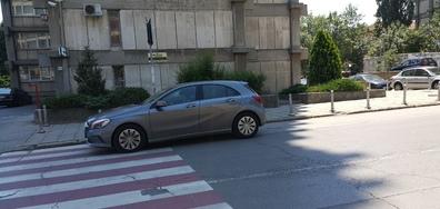 Нагло паркиране на пешеходна пътека