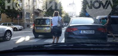 Паркиране върху пешеходна пътека пред входа на Руското училище Варна