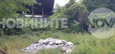 Строителни отпадъци от ремонт на училище се изхвърлят в зелени площи