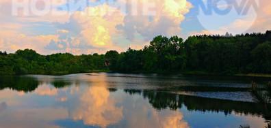 Залезни отражения в сините води на езерото