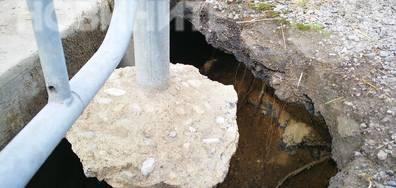 Вода опасно подкопава път и тротоар