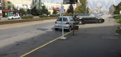 Паркиране на тротоара пред полицейска кола