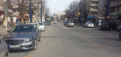 Бизнесмен паркира на инвалидно място пред полицаи