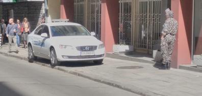 Полицейска кола на тротоара