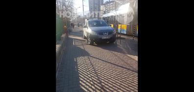 Паркинг на тротоара пред детската педиатрия