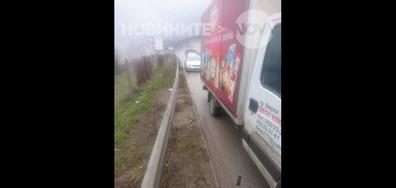 Автомобили пукат гуми на магистралата преди Ябланица