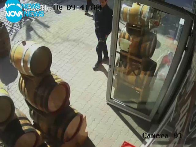Кражба на мобилен телефон от магазин (СНИМКИ)