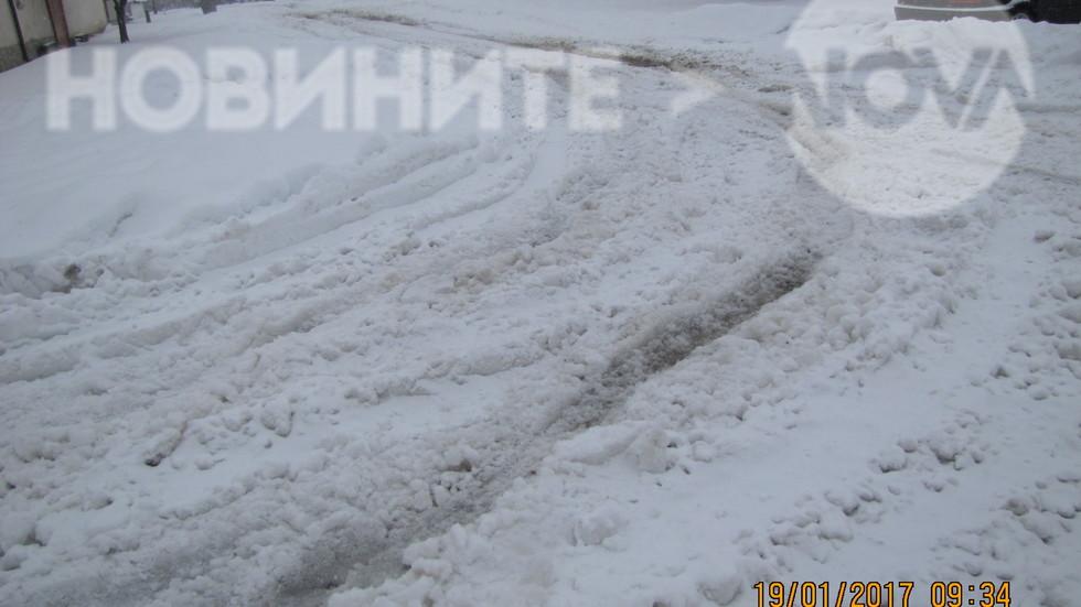 Непочистени улици от сняг в село Коларово, община Раднево (СНИМКИ)