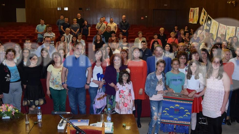 Ученици изтъкаха европейския флаг в чест на европредседателството