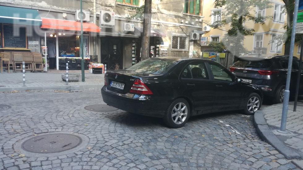 Кола затваря улица пред Пето РПУ