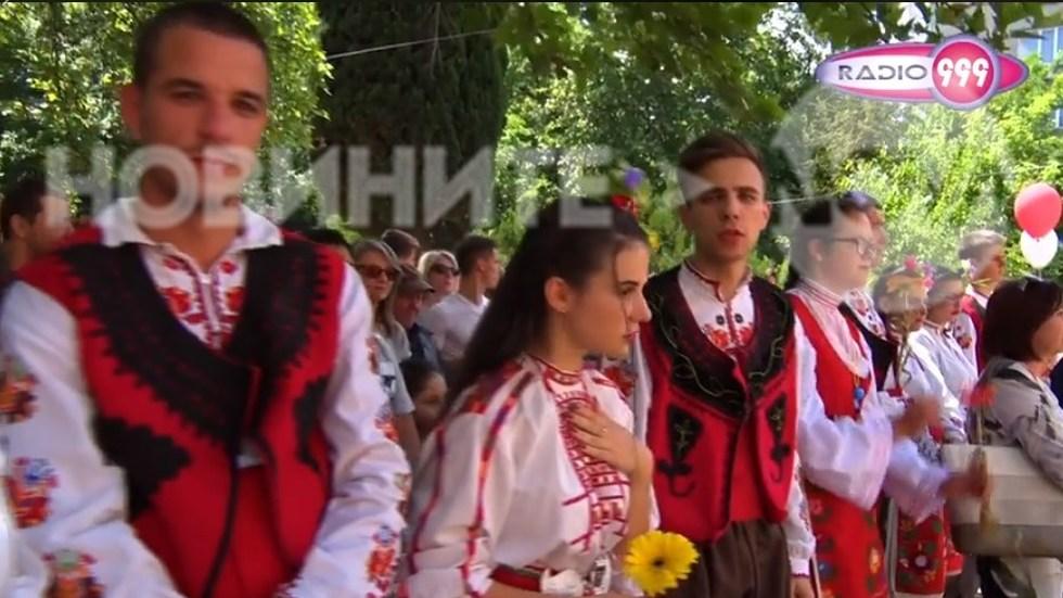 Абитуриенти с народни носии