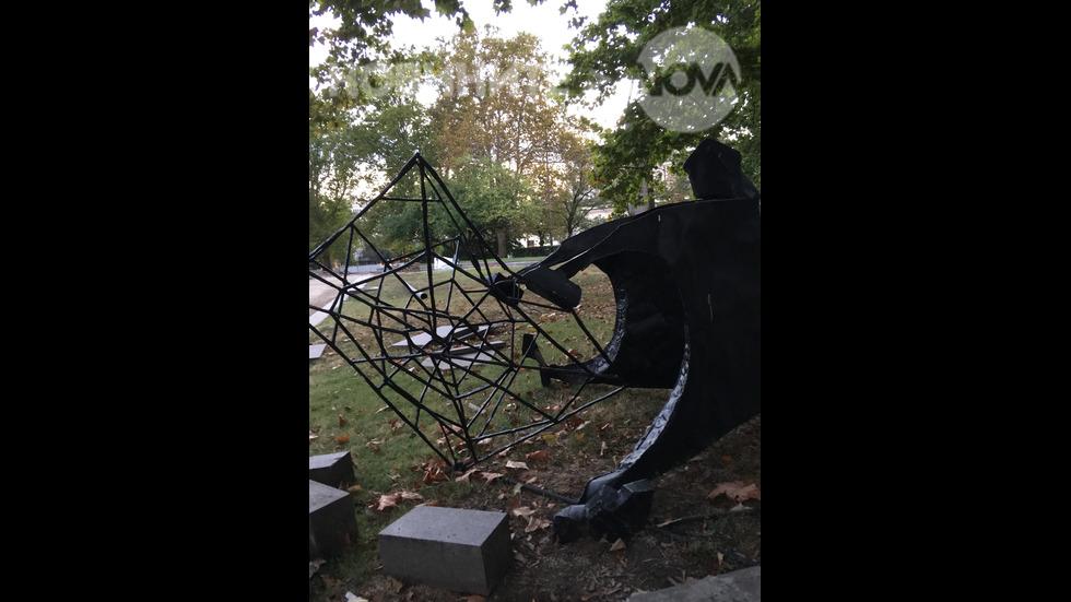 Повредена скулптура
