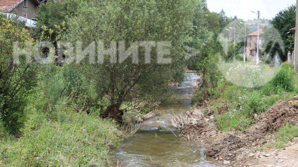 Непочистено корито на река