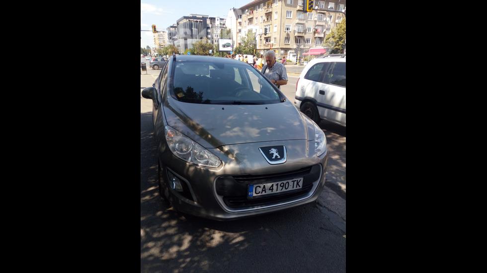 Нагло шофиране на тротоар и паркиране в София