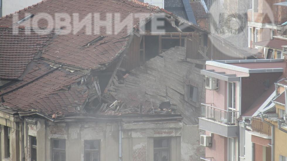 """Рушаща се сграда в квартал """"Банишора""""!!! Падна покривът преди минути!!!"""