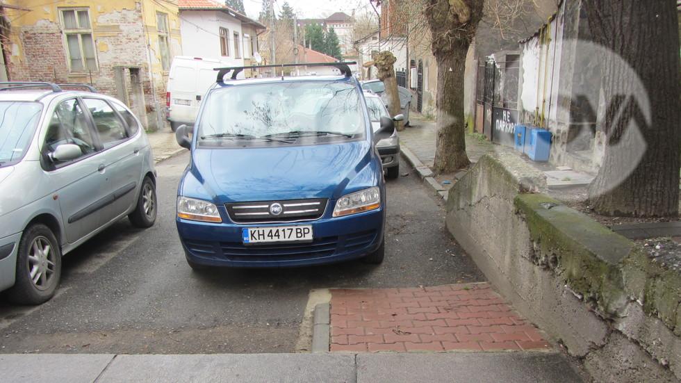 Паркиране върху инвалидна рампа