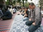 Столичани поставят цветя в знак на извинение пред джамията