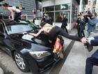 Феминистки скочиха върху колата на премиера на Тунис