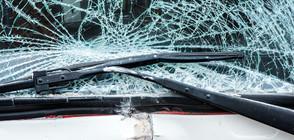 Кола удари два автобуса, превозващи деца