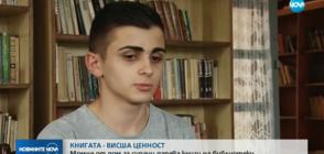 Момче от дом за сираци дарява книги на библиотеки