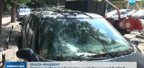 Огромно дърво падна върху кола на оживена улица в Пловдив (ВИДЕО)