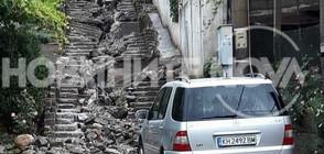 СЛЕД ПОРОЯ В ДУПНИЦА: Водата разруши цяла улица и стълби (ВИДЕО)