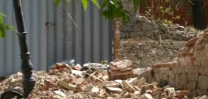 РУХНАЛА СТЕНА: Вятърът събори част от изоставена къща в Пловдив (ВИДЕО)
