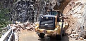 Огромно свлачище затвори за часове пътя Асеновград-Смолян (ВИДЕО)