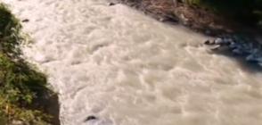 ОПАСНИ ВОДИ? Река Малък Искър сменя цвета си (ВИДЕО)