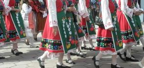 Пищно дефиле на национални носии в Бургас