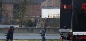 Мигранти се качват тайно в български камиони по границите (ВИДЕО)