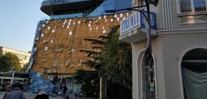 Вятърът събори фасадата на мол в Благоевград (ВИДЕО+СНИМКИ)
