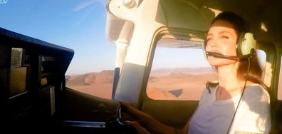 Анджелина Джоли пилотира самолет (ВИДЕО+СНИМКИ)