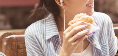 Силната музика предразполага към нездравословно хранене