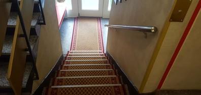 """""""ЛЮЛИНСКО БИЖУ"""": Съседи превърнаха вход на панелка в апартамент (ВИДЕО+СНИМКИ)"""