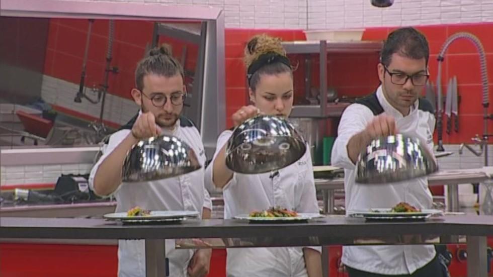 Тримата финалисти заемат мястото на шеф Ангелов тази вечер в Hell's Kitchen България