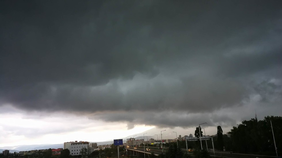 Гръмотевична буря в София - молове, метростанции и подлези протекоха (ВИДЕО)
