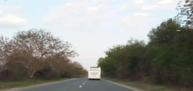 Ниско летящ автобус (ВИДЕО)