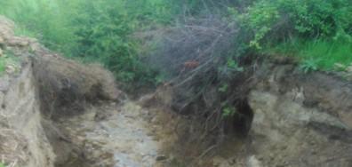 Вандалски прояви в град Свищов - пробита дига на язовир (СНИМКИ)