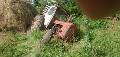 Трактор, преобърнат в канавка