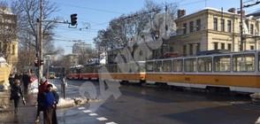 """Авария блокира временно трамваи и тролеи на бул. """"Дондуков"""" в София (СНИМКИ)"""