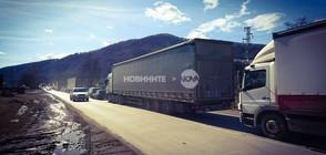 Километрична колона от автомобили на стария път за Ботевград (СНИМКА)
