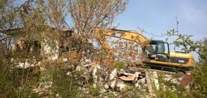Багери срутиха сграда на МОН край брега на морето (СНИМКИ)